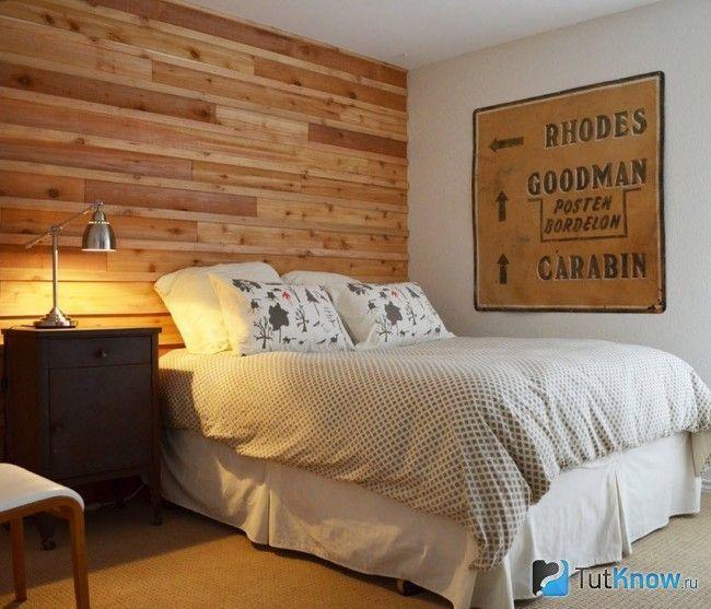 Вагонка на стіні в спальні