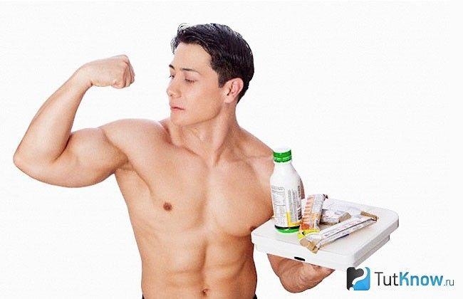Початківець атлет з тарілкою продуктів