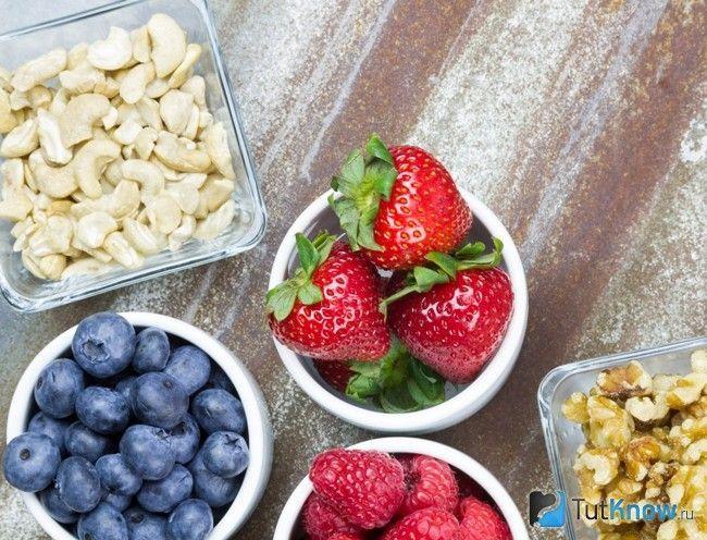 Ягоди і горіхи для перекусів