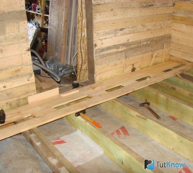 Монтаж підлоги в кімнаті відпочинку