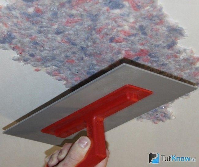 Як наносити рідкі шпалери на стелю