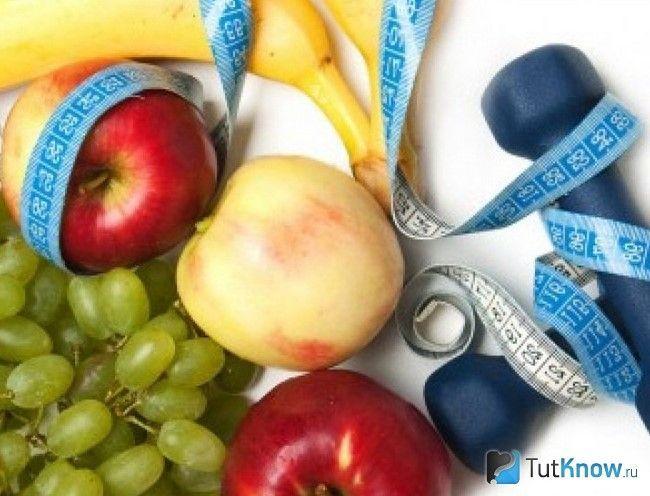 Гантелі і фрукти, обмотані рулеткою