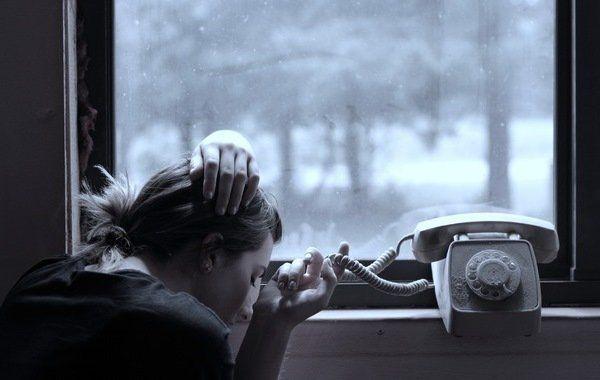 Дівчина чекає дзвінка