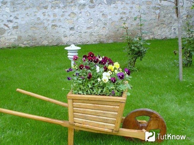 Оригінальна садова візок з квітами