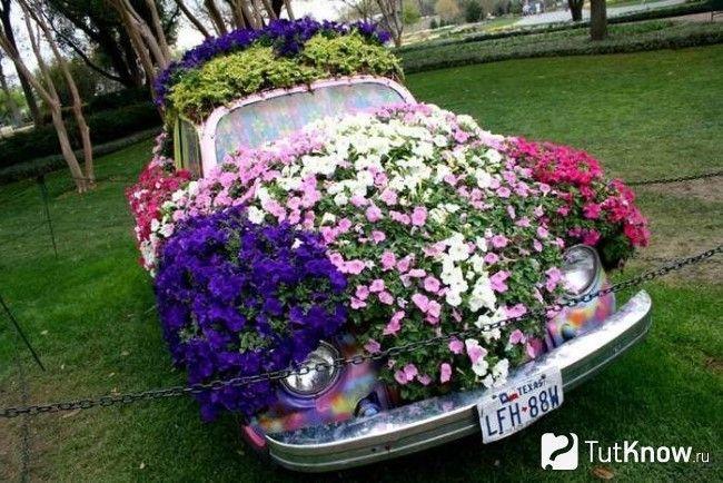 Декорування старого автомобіля квітами