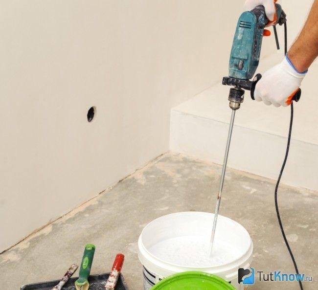 Перемішування фарби для стелі
