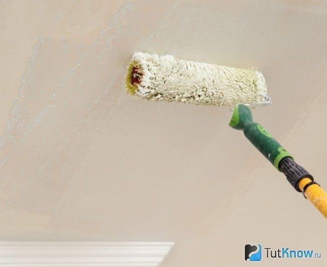Грунтовка стелі з гіпсокартону перед фарбуванням