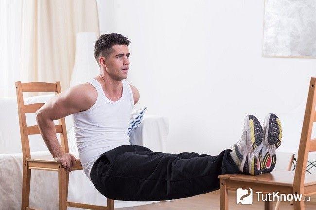 Зворотні віджимання на стільцях