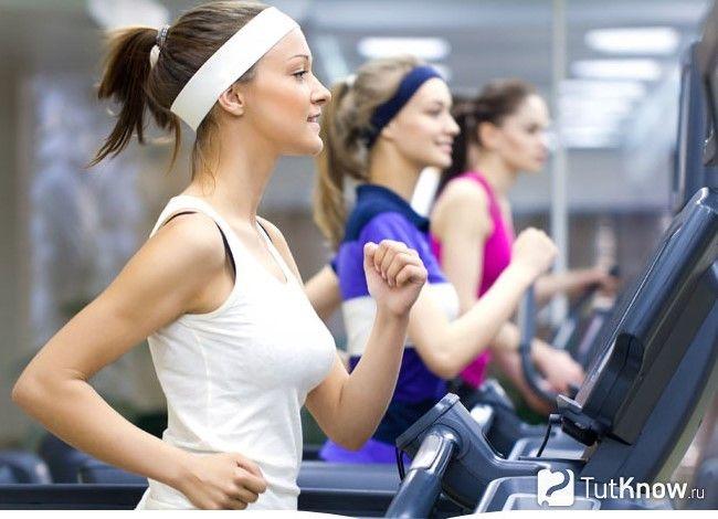Дівчата займаються на біговій доріжці