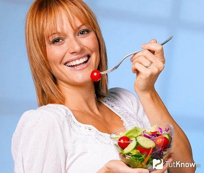 Дівчина їсть салат