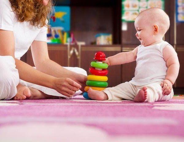 Мама грає з дитиною