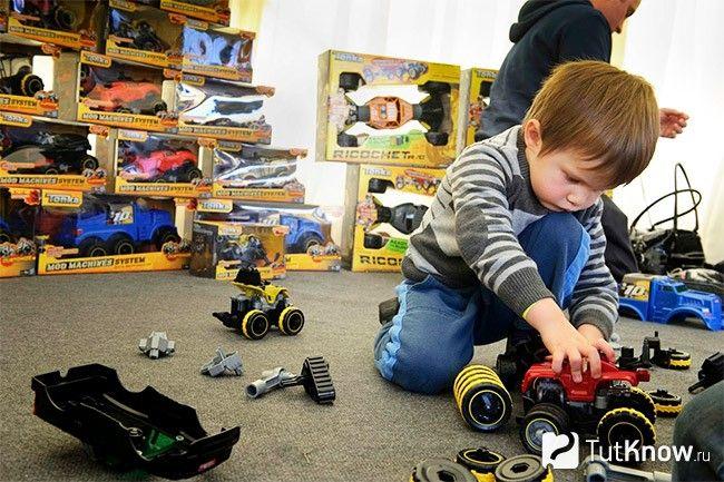 Дитина ламає іграшки: причини і що робити
