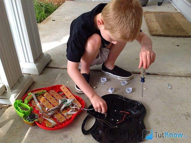 Дитина розбирає іграшки
