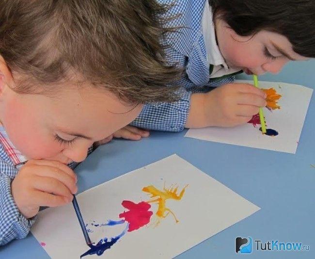 Діти малюють в стилі кляксографія