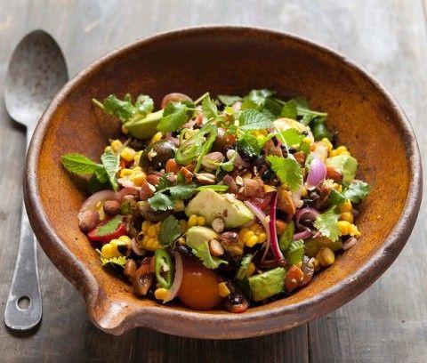 Салат з кукурудзи з чорною квасолею і мигдалем