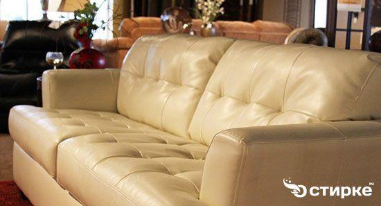 світлий шкіряний диван