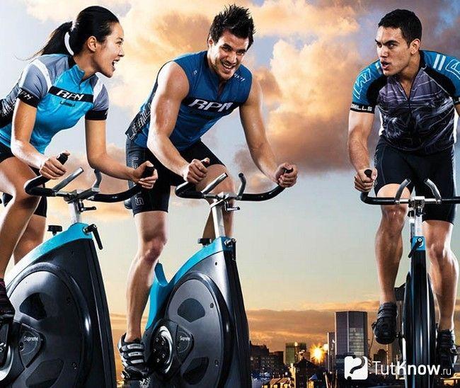Люди тренуються на велодоріжках