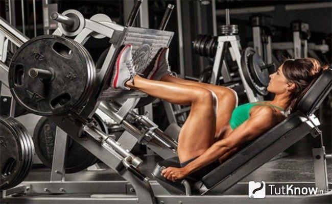 Спортсменка виконує жим ногами