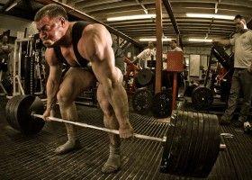 Спортсмен готується до виконання станової тяги