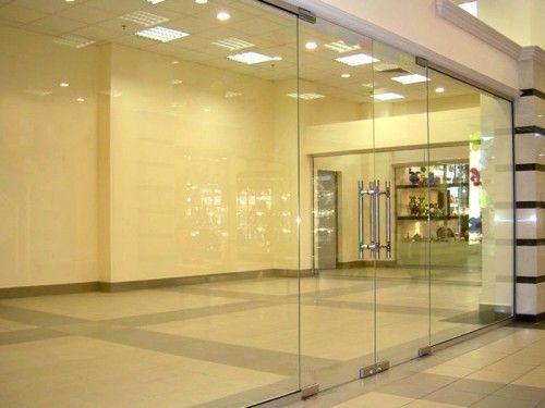 Скляні маятникові двері в інтер`єрі - просто і витончено
