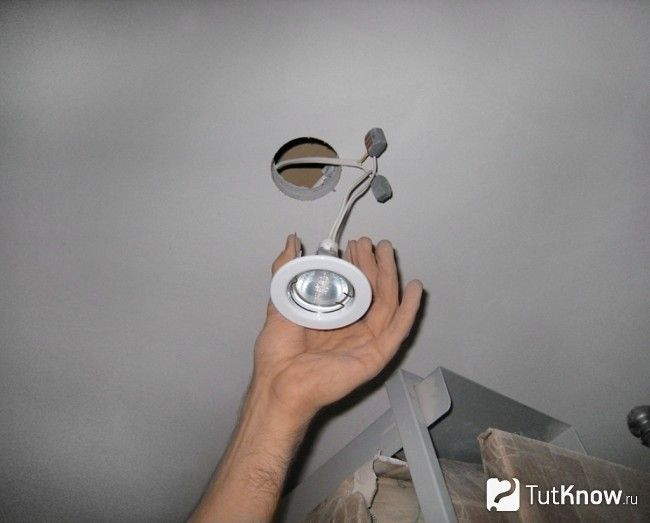 Установка вбудованого світильника в гіпсокартонна стеля
