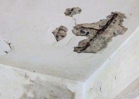 Тріщини на стелі: причини появи і методи усунення