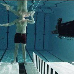 Вчений вистрілив в себе під водою в ім`я науки