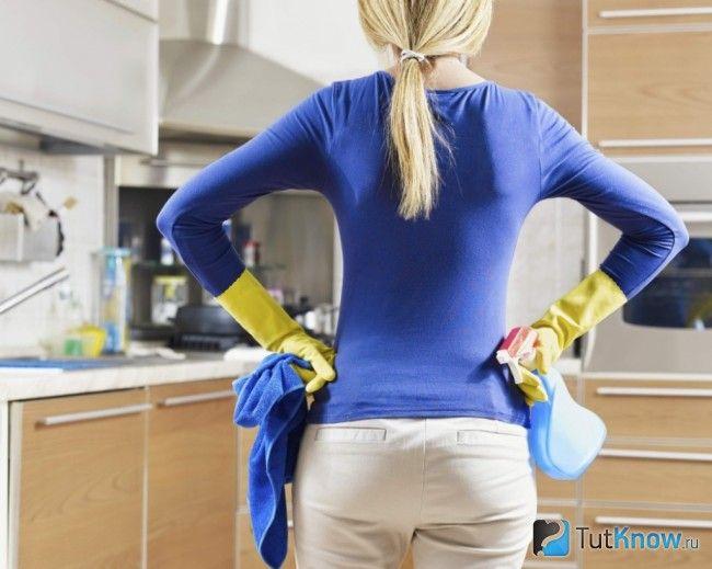 Підготовка до очищення натяжної стелі на кухні