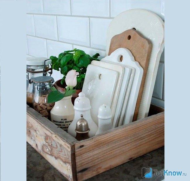 Кухонні дошки стопкою в ящику