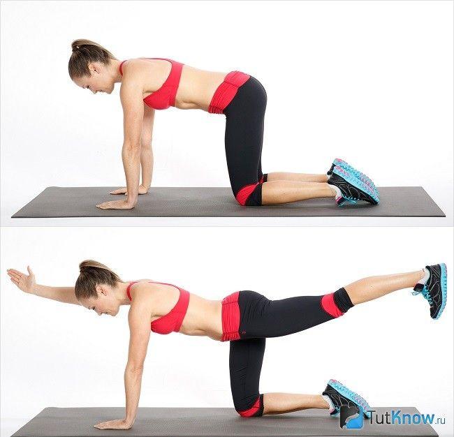 Дівчина тренує м`язи сідниць і стегон