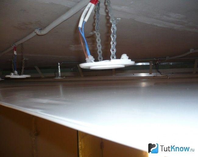 Кріплення світильників в натяжній стелі