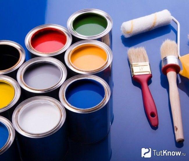 Фарба та інструменти для фарбування шпалер на стелі