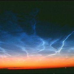 Загадкові світяться хмари знову з`явилися над полюсами