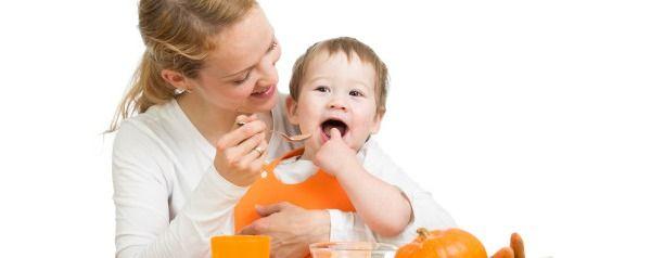 Мама годує дитину