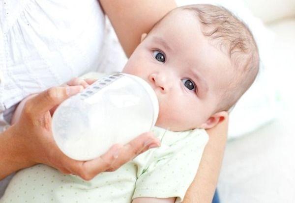 Дитина п`є молоко